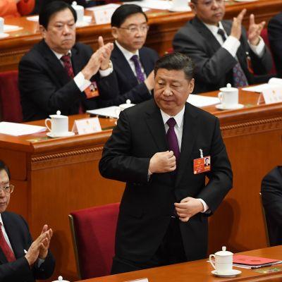 Kinas president Xi Jinping då han steg upp för att hålla sitt avslutande tal vid den årliga folkkongressen.