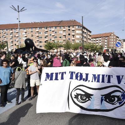 """""""Mina kläder, mitt val"""", lyder demonstranternas budskap i Köpenhamn där de protesterar mot det nya danska burkaförbudet."""