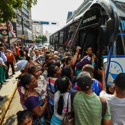 Människor i Caracas försöker rymmas med på en buss 25.3.2019