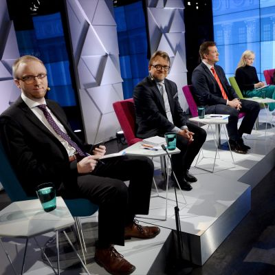 Simon Elo (Blå), Tomi kuosmanen (Kd), Ville Skinnari (Sdp), Maria Ohisalo (De gröna) och Sannfinländarnas Ville Tavio.