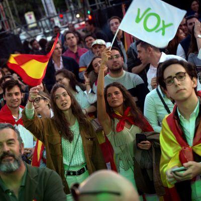 Supportrar till ytterhögerpartiet Vox i Spanien.