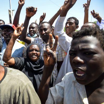 Demonstranter ropade och visade upp segertecknet under fortsatta protester i Khartoum på tisdagen.