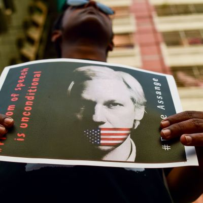 En aktivist under en demonstration för Assange i Dhaka i april 2019.