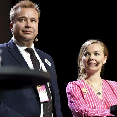 Katri Kulmuni står bredvid Antti Kaikkonen.