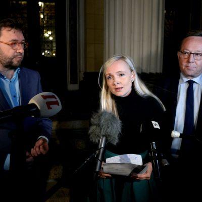 Ministerit Säätytalon portailla.
