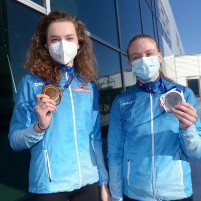 Ella Junnila ja Lotta Kemppinen palasivat Suomeen EM-mitalien kanssa halliyleisurheilun EM-kisoista 2021.