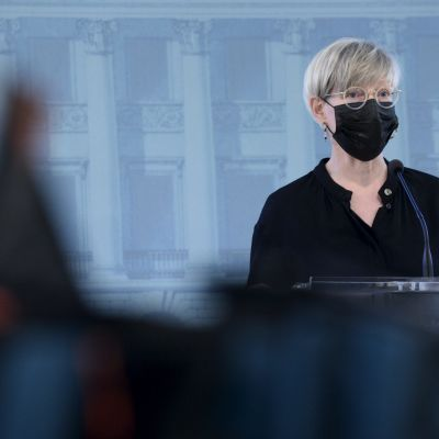 Sisäministeriön kansliapäällikkö Kirsi Pimiä kommentoi matkustusrajoitusten höllentämistä