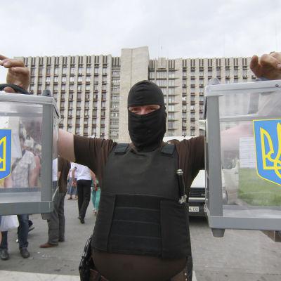 Prorysk separatist med valurnor i Donetsk.