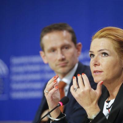 Kristian Jensen och Inger Stojberg förklarar sig inför EU-parlamentet.