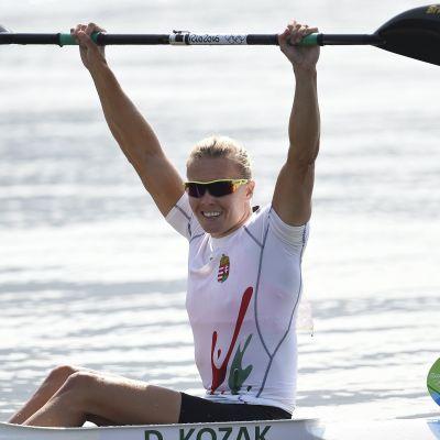 Danuta Kozak håller paddeln ovanför huvudet som tecken på att hon vunnit OS-guld i Rio.
