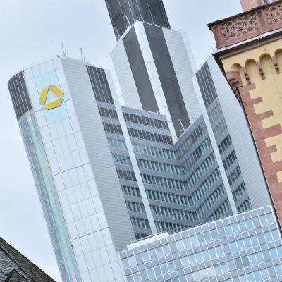 Commberzbanks huvudkontor i Frankfurt am Main den 26 juni 2013.
