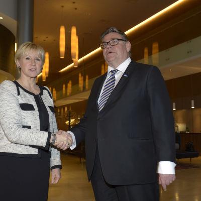 Soini och Wallström i Sverige