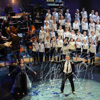 monica groop tillsammans med geir rönning och åshöjdens barnkör under konserten spegling - 100 år av finlandssvensk musik