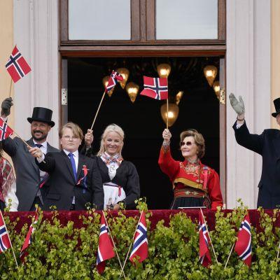 Den norska kungafamiljen vinkar till folket 17.5.2020