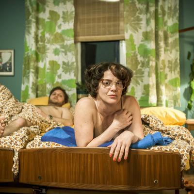 Karaktären Kerstin Thorvall liggande på en  säng i dramaserien Det mest förbjudna.