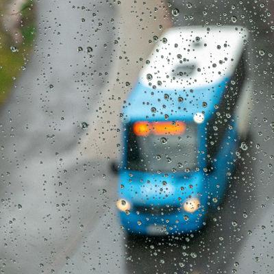 Lähibussi sateessa.