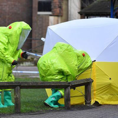 Personal i skyddsdräkter spände på torsdagen upp ett skyddstgält över den bänk där Skripal och hans dotter hittades.