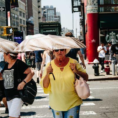 New York-bor skyddar sig mot värmeböljan den 2 juli.
