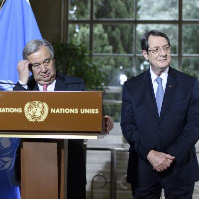 Turkcyprioternas ledare Mustafa Akinci, FN:s generalsekreterare Antonio Guterres och den grekcypriotiske presidenten Nicos Anastasiades