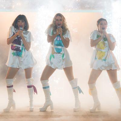 De unga Tanya(Jessica Keenan Wynn9, Donna (Lily James) och Rosie (Alexa Davies) sjunger tillsammans.