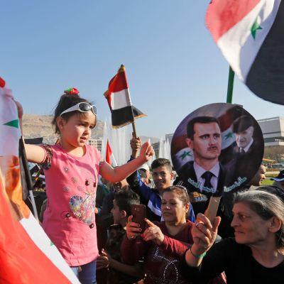 Demonstrationer i Damaskus mot USA:s bombräder mot Syrien.