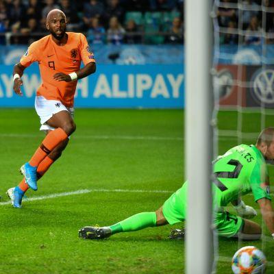 Ryan Babel gjorde två mål mot Estland.