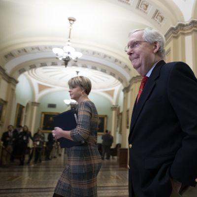Mitch McConnell kävelemässä kongressin käytävällä.