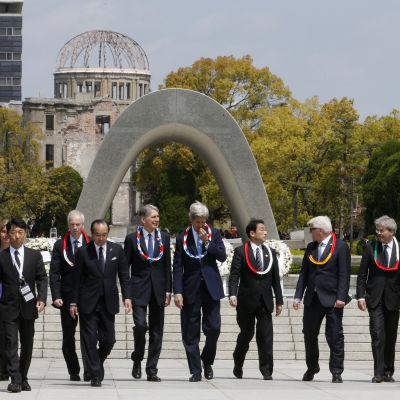 John Kerry, Japans utrikesminister  Fumio Kishida och de andra G/-ländernas utrikesministrar visas runt av Hiroshimas borgmästare Kazumi Matsui (framme till vänster)