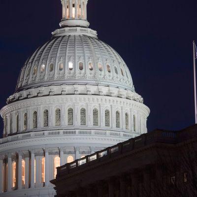 USA:s parlamentsbyggnad Kapitolium då mörkret sänkt sig över Capitol Hill på tisdagen 6.2.2018.