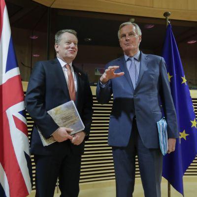 Britannian David Frost sekä EU:n Michel Barnier maanantaina, ensimmäisen neuvottelukierroksen alkaessa.