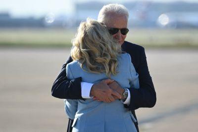 Joe och Jill biden kramar om varandra på flygplatsen Heathrow efter ett möte med drottning Elisabeth 13.6.2021