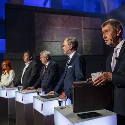 Partiledarna står på scenen inför den sista partiledardebatten före det tjeckiska parlamentsvalet.