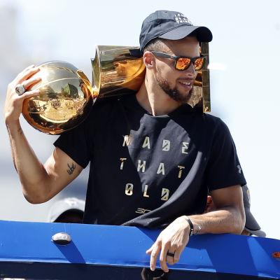 Stephen Curry på segerparad med NBA-bucklan.
