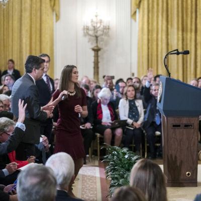 Situationen med Trump, Acosta och assistenten.