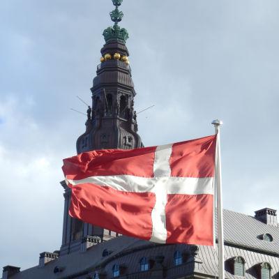 Dansk flagga vajande utanför Folketinget