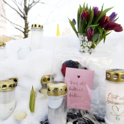 Koskelan murhapaikalla kynttilöitä ja kukkia
