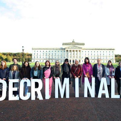 """Nordirländska demonstranter med plakatet """"Decriminalised""""."""