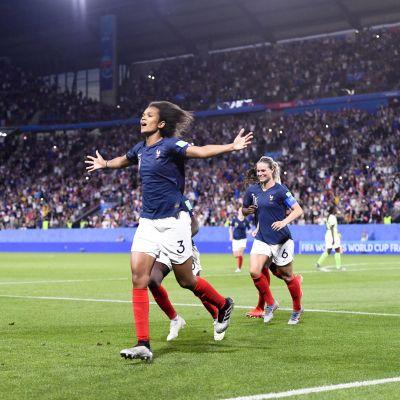 Wendie Renard jublar över straffmålet som gav Frankrike segern över Nigeria.