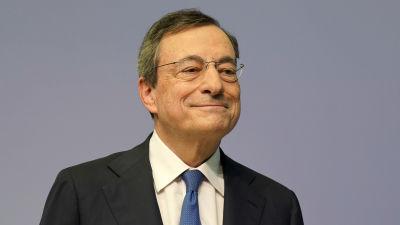 Mario Draghi med ett leende på läpparna på väg till sin sista presskonferens som ECB-chef, den 24 oktober 2019.