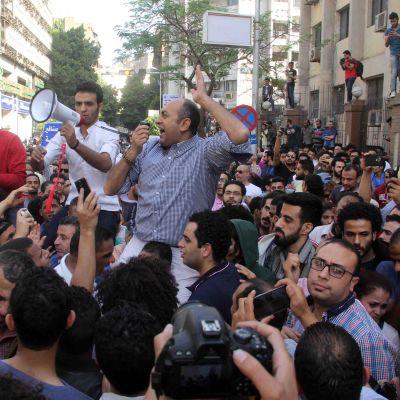 Egyptiläiset mielenosoittajat vastustivat Tiranin ja Sanafirin saarten luovuttamista Saudi-Arabialle Kairossa huhtikuussa.
