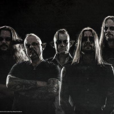 Bandet Finntroll i full makeup, trollöron, smink, bakgrundsljus, bandet är som siluetter.