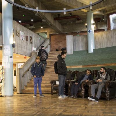 Turvapaikanhakijoita Evitskogin vastaanottokeskuksen aulassa