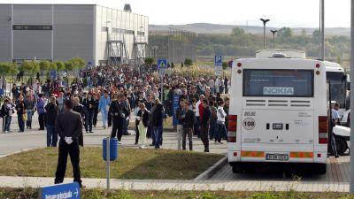 Arbetare lämnar Nokias fabrik i Rumänien efter att ha fått besked om nedläggning.