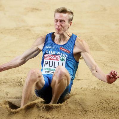 Pituushyppääjä Kristian Pulli yleisurheilun EM-hallikisoissa Torunissa maaliskuussa 2021.
