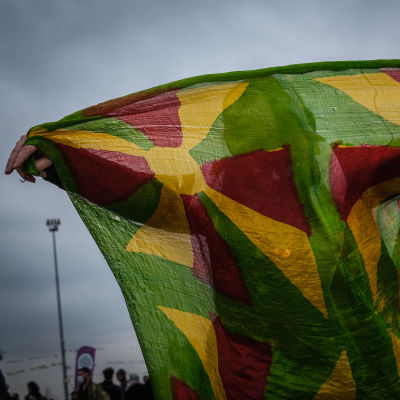 Kurdien oikeuksia ajavan HDP-puolueen kannattaja piteli puolueen lippua maaliskuussa kurdien uuden vuoden juhlinnassa Istanbulissa Turkissa.