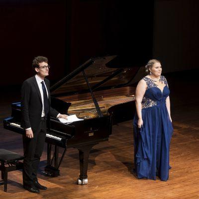 Pianisten Elias Miettinen (till vänster) och sopranen Aurora Marthens på operafestivalen i Nyslott.