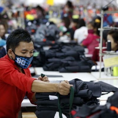 En arbetare i Laos största textilfabrik.