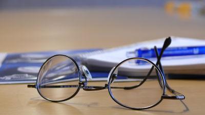 Glasögon på bord