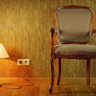 En stol och en lampa.