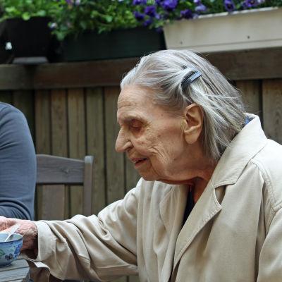 Jenni Klippa och Ragni Enlund dricker kaffe i solen